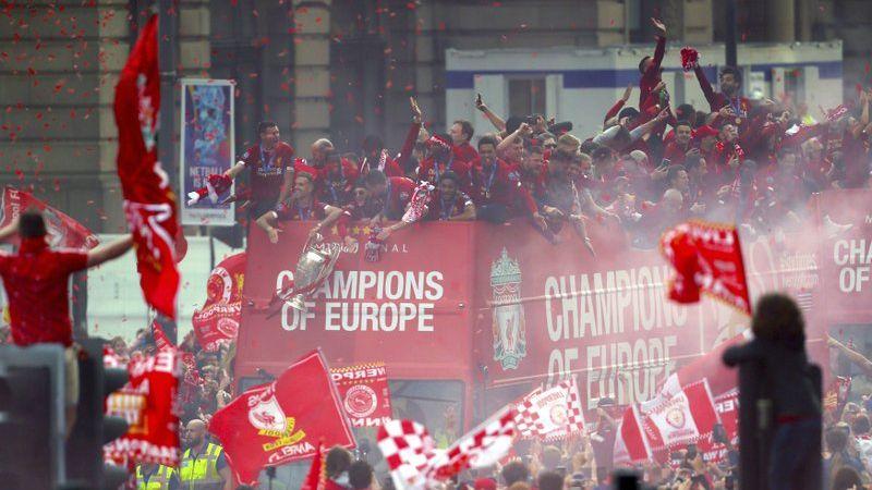 Con desfile, Liverpool festeja su título de la Champions