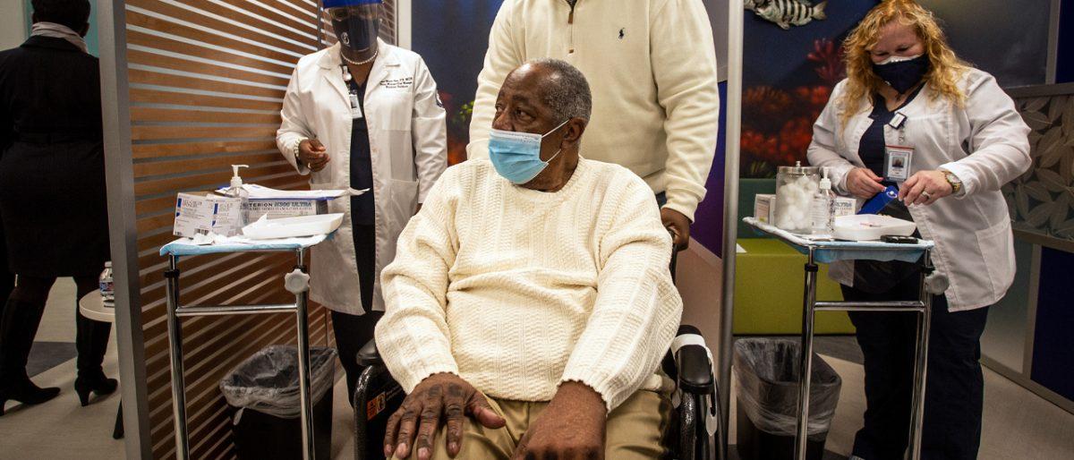 Hank Aaron se vacuna contra COVID-19 como mensaje para comunidad afroamericana